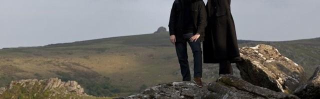 Holmes (Benedict Cumberbatch, re.) und Watson (Martin Freeman) in Dartmoor © ARD Degeto/BBC/Hartwood Films 2012