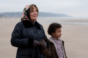 Paulette (Bernadette Lafont) und ihr Enkel Leo (Ismaël Dramé)  © Neue Visionen Filmverleih