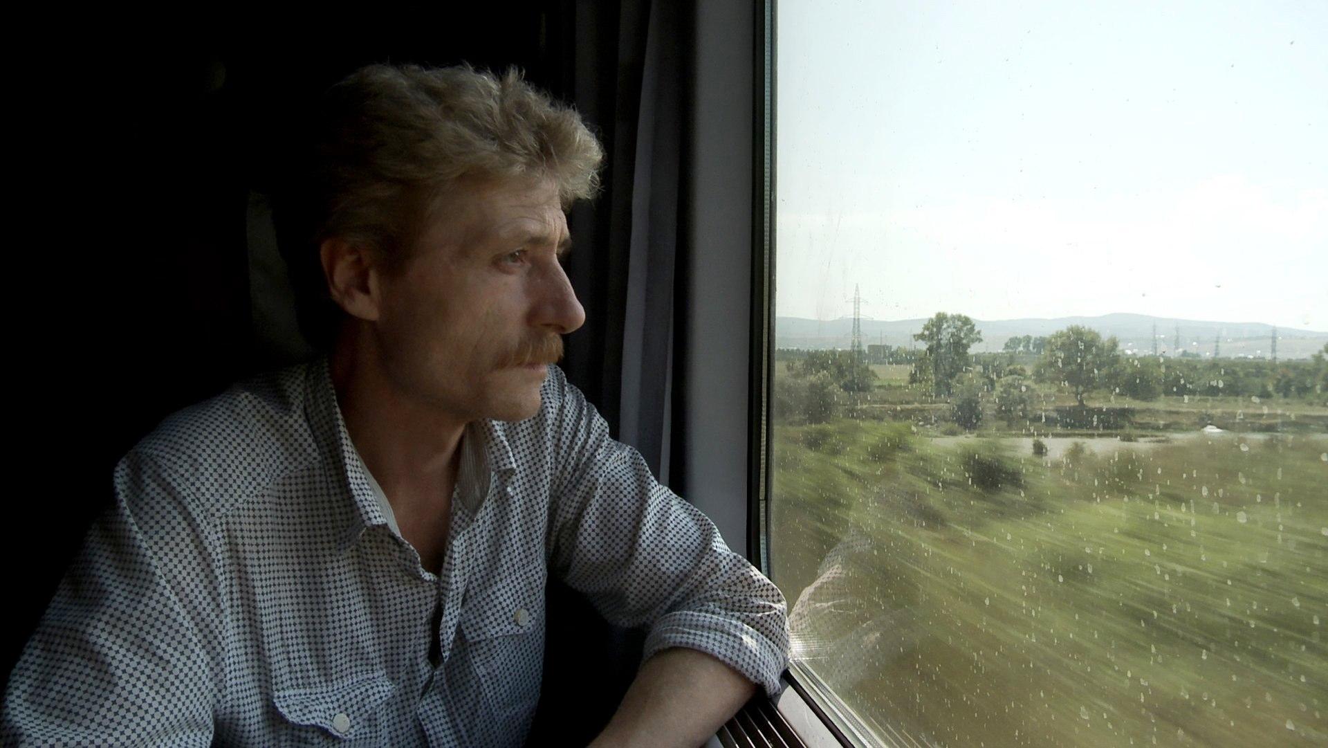 Gabriel im Zug (c) W-film / TAG/TRAUM Filmproduktion