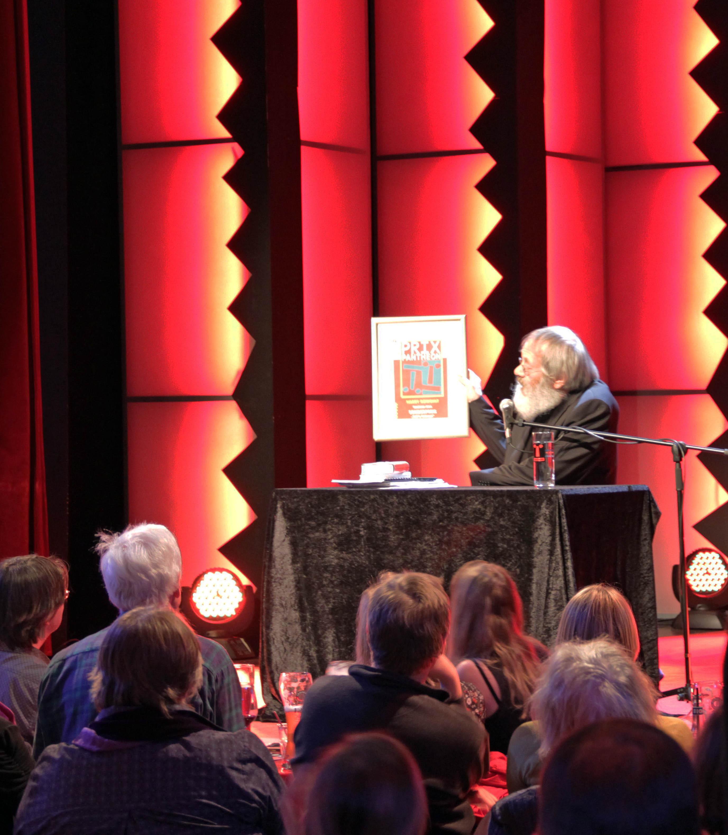 Harry Rowohlt mit seiner Ehrenpreisträger-Urkunde